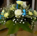 White floral table decoration with blue ribbons